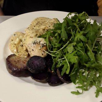 04 - Filet z kurczaka w kremowym sosie winnym z estragonem ziemniakami truflowymi oraz świeżą rucolą