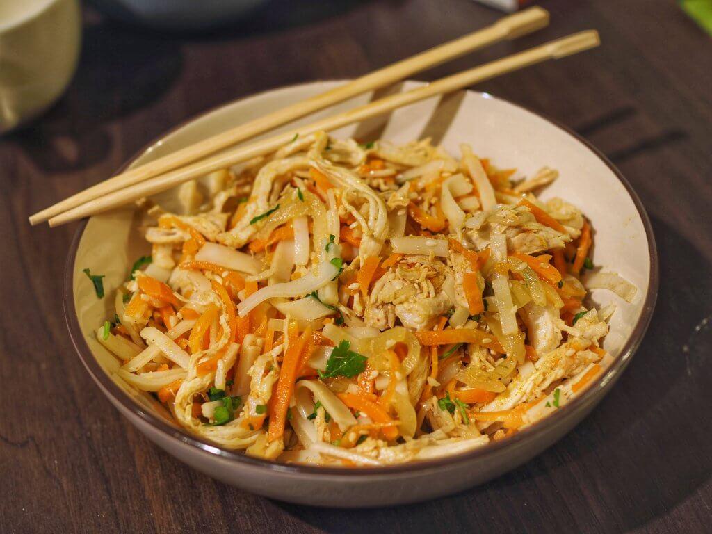 Kurczak Bang Bang z makaronem ryżowym