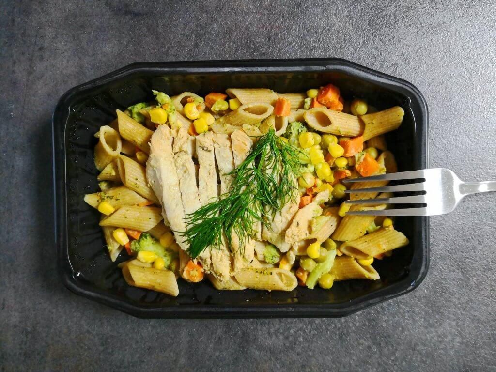 NutriDieta - Sałatka makaronowa z musztardowym kurczakiem